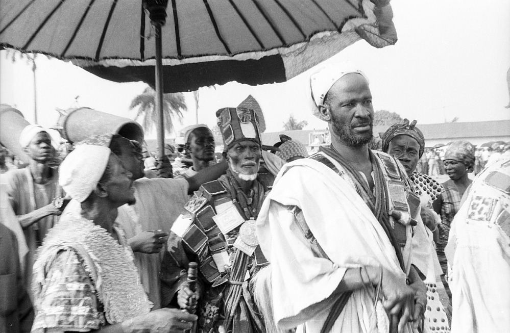 The photograph depicts Ya Na, paramount chief of Dagomba, Northern Region, Ghana, on a state visit to the Asantehene Opoku Ware II. Ya Na wears prestige cloth made of leather and fur amulets containing writings of the Koran. This photograph was taken when Eliot Elisofon was on assignment for Westinghouse Film and traveled to Africa from October 26, 1970 to end of March 1971.